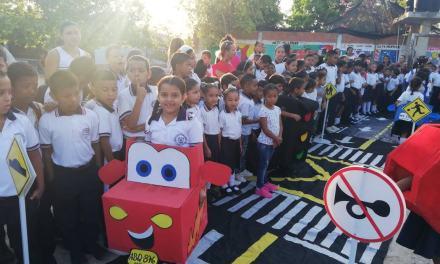 Policía metropolitana de Cartagena, enseña normas de seguridad vial a los más pequeños