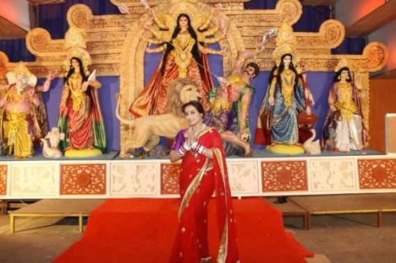 Rani Mukerji seeking th blessings of Maa Durga (640x427)
