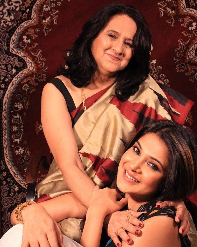 Jennifer-Winget-with-mother