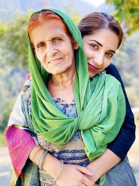 Ruhani-Sharma-with-her-grandmother