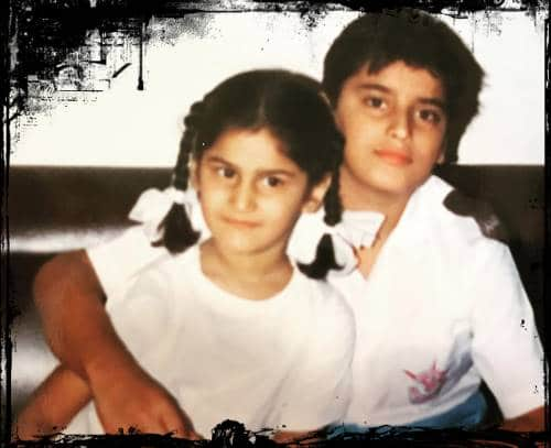 Nikitin-Dheer-childhood-photo-with-her-sister