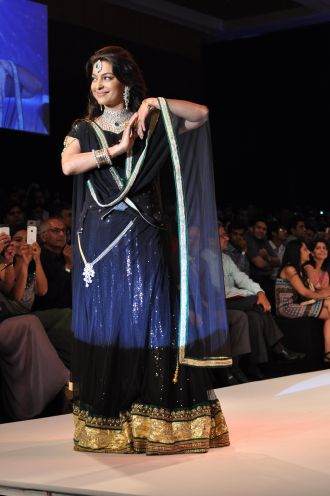 33 Juhi Chawla looked stunning in Jashn Black Net Lehenga & Georgette Kurti at IIJW 2012