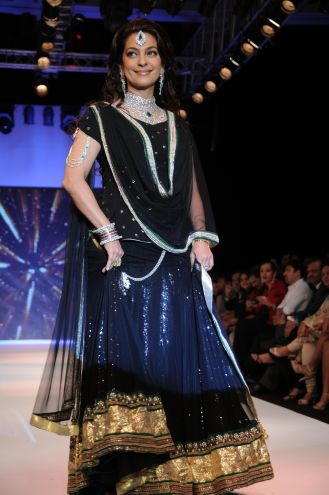 34 Juhi Chawla looked stunning in Jashn Black Net Lehenga & Georgette Kurti at IIJW 2012
