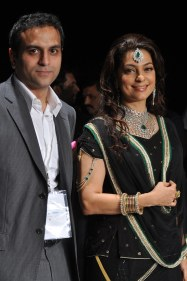 37 Rahuul Jashnani (MD & Cheif Designer JASHN) & showstopper Juhi Chawla posing for photo opps after the show at IIJW 2012