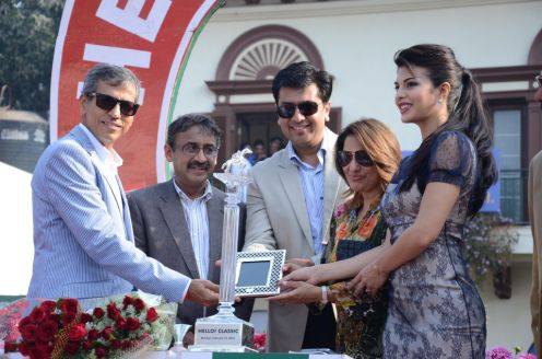 Tarun Rai & Jacqlin Fernandez giving awards to the winner of HELLO! Classic Derby Races 2013