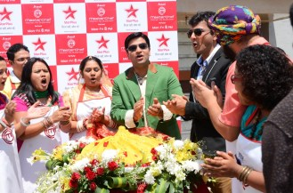 Chef Kunal Kapoor and Chef Vikas Khanna along with contestants with 51KD Modak