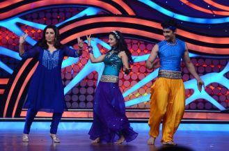 Farah Khan Shaking-a-leg with Ravi and Sargun. Farah taught Sargun steps from Sajan ji Gar Aaye. Catch this on this Satruday on Nach Baliye5 at 9 pm
