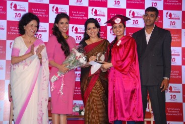 Lina Poonawala(Social Enterprenuer), Asin(Actress), Shaina NC(Politician & Fashion Designer) and Arun Srinivas(VP-Skincare, Hindustan Unilever Ltd.) along with a proud winner of Fair & Lovely Foundation Scholarship 2012