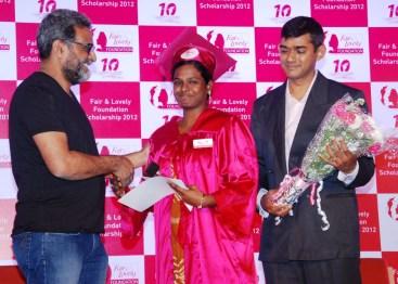 R Balki (Filmmaker) and Arun Srinivas(VP, Skincare, Hindustan Unilever Ltd.) award a winner with the Fair & Lovely Scholarship 2012