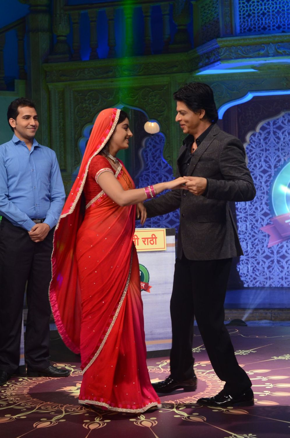 Shahrukh Khan dancing with Sandhya aka Deepika Singh during the shoot of Diya aur Baati Hum when he came for the promotion of Chennai Express