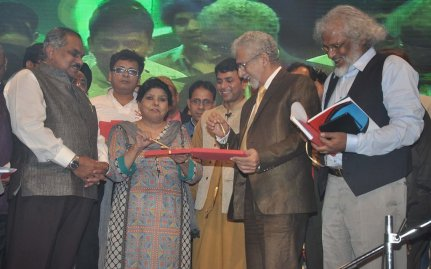 Naseeruddin Shah released Quaiser Khalid's Poetry at Pasbaane Adab's 'Third Inrenational Poetry Festival'.12