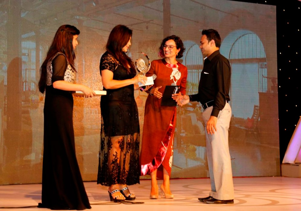 Nisha JamVwal & Adhuna Bhabani Akhtar presenting the award at GoodHomes Awards 2014 at Sofitel,BKC.