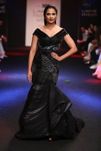 01.Lara Dutta as showstopper for Designer Eshaa Amiin @Lakme Fashion Week Winter Festive 2016