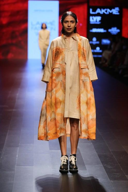 04.Model walking for Designer Aartivijay Gupta @Lakme Fashion Week Winter-Festive 2016