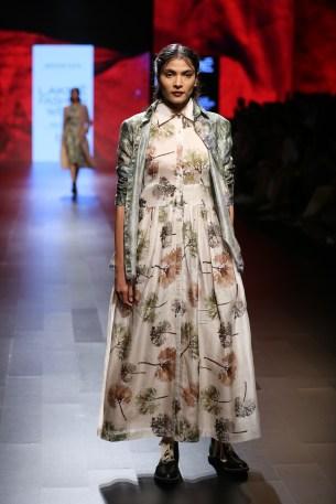 06.Model walking for Designer Aartivijay Gupta @Lakme Fashion Week Winter-Festive 2016