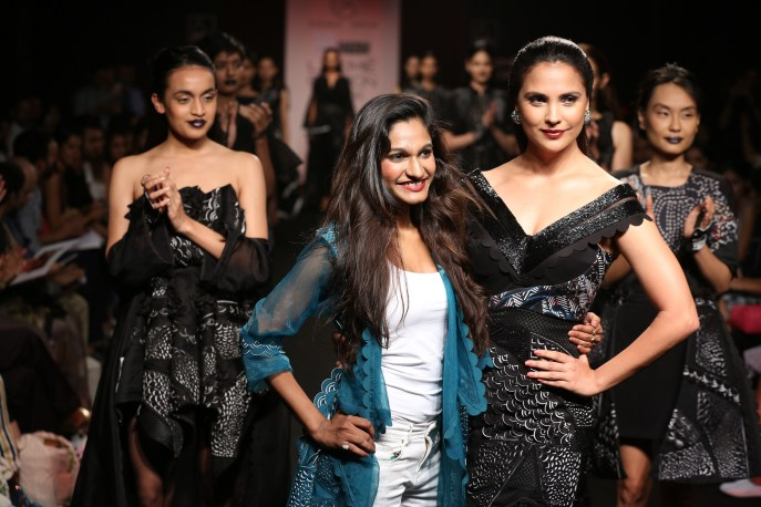 08.Designer Eshaa Amiin with showstopper Lara Dutta @Lakme Fashion Week Winter Festive 2016