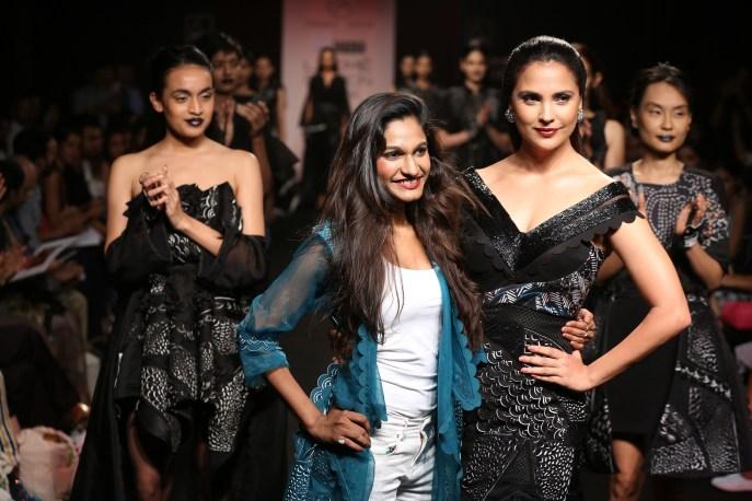 08.Designer Eshaa Amiin with showstopper Lara Dutta @Lakme Fashion Week Winter Festive 2016