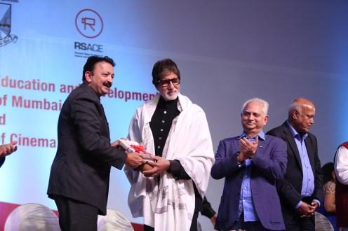 Vice Chancellor Sanjay Deshmukh presenting Amitabh Bachchan A token from the University of Mumbai (2)