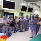 Sale ibride - Open Day al Padiglione 23 del Polo Cardio - Toraco - Vascolare. Le sale operatorie ibride rappresentano il cuore tecnologico del nuovo Polo Cardio-Toraco-Vascolare del Sant'Orsola. Si tratta di sale operatorie multifunzionali integrate con i più moderni dispositivi avanzati di imaging che rendono possibile un accurato controllo della procedura chirurgica o interventistica, permettendo di eseguire sia una chirurgia trans-catetere sia di combinare un approccio chirurgico tradizionale con quello mini-invasivo. Nella sala ibrida sono possibili interventi di diversi specialisti: cardiochirurgo, chirurgo vascolare, chirurgo toracico, cardiologo emodinamista, elettrofisiologo, radiologo interventista. Tutto questo si traduce nella possibilità di eseguire una maggiore gamma di procedure con sempre maggiore accuratezza e minore invasività e con un vantaggio in termini di rischio e di ripresa postoperatoria per i pazienti, non trascurando la possibilità di poter utilizzare questa importante tecnologia integrata come strumento di teaching e didattica per la formazione dei professionisti, specializzandi e studenti con riprese del campo operatorio e delle immagini radiologiche in alta definizione. foto a cura di Mario Carlini / Meridiana Immagini