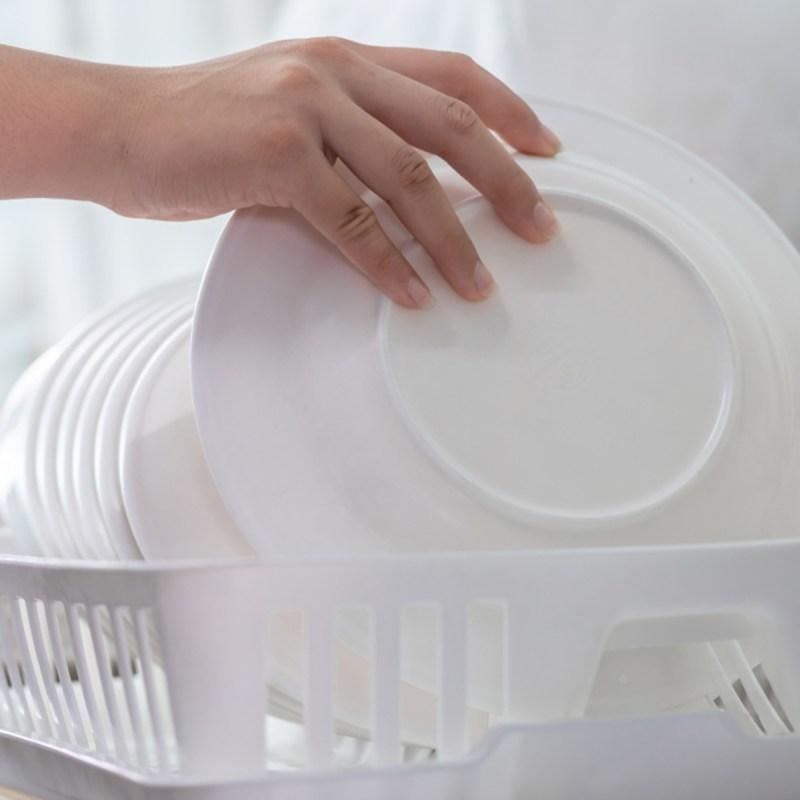 shutterstock 1083288440 washing dishes - 13 maneiras inteligentes de limpar e organizar seus armários