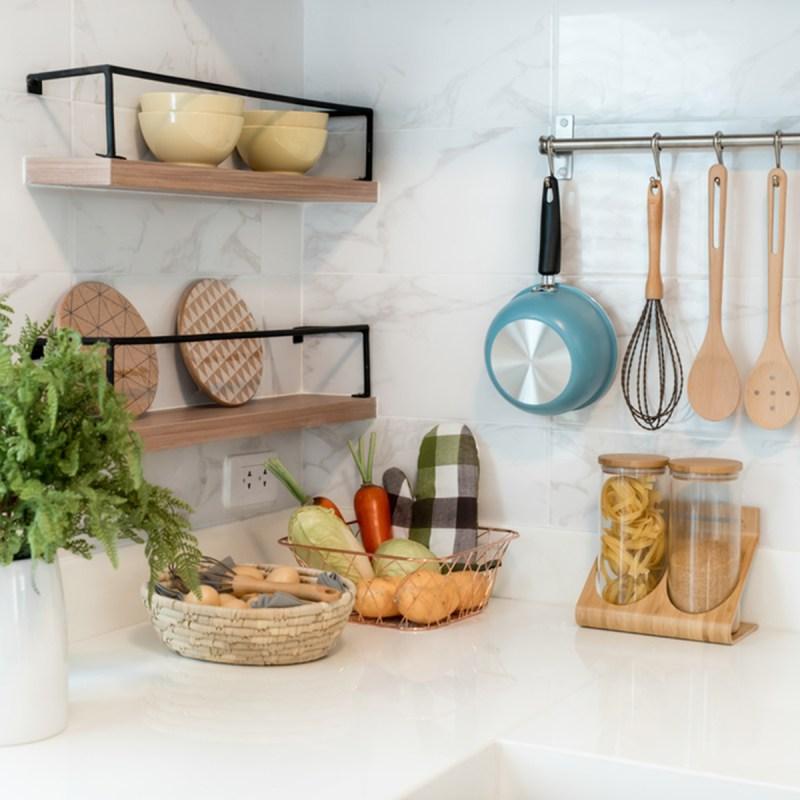 shutterstock 628164956 organized kitchen hanging pans - 13 maneiras inteligentes de limpar e organizar seus armários