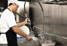 how-to-manage-small-restaurant-business-dishwasher bachero limpieza de restaurante