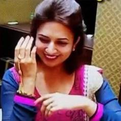 divyanka-tripathi-tries-hand-gear-during-wedding-shopping-201606-1465970605