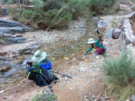 小朋友们还是更喜欢清凉的溪水