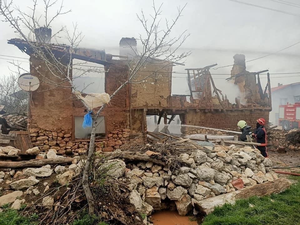 Bolu'da yanan 2 katlı ev kullanılamaz hale geldi
