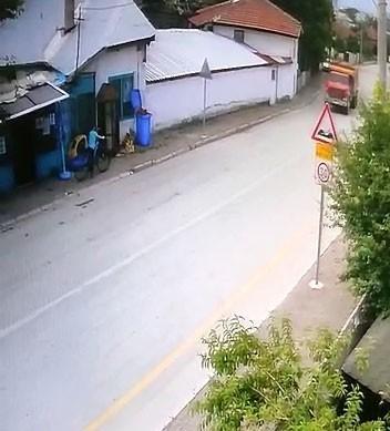 Bisikletli çocuğun kamyonun altında kaldığı anlar ortaya çıktı