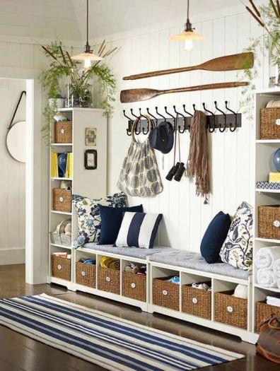 Encore un endroit où se poser mais aussi on l'on peut ranger chaussures, écharpes, sacs, mieux que le dos d'une chaise...