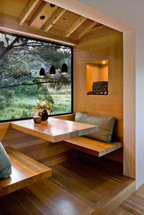 Du bois clair, certes, mais dans des teintes douces et modernes. Un petit coin pour dicuter, manger, lire...