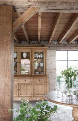 Une belle couleur de bois, noble, qui apporte de la fraîcheur à un salon en pierres (decocrush.fr)