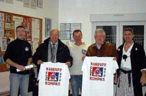 Jean-Louis Magnac et Jean Sol recevant le tee-shirt du club. PHOTO/© D.R