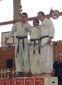Ruben 1er Kata et Ju Randori, Kevin 2e Kata et Ju Randori, Yassine 3e Kata. le trio est 2e en kata par équipe
