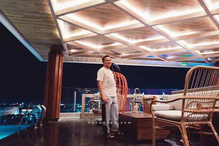 Kolam renang ALTS Hotel Palembang di waktu malam