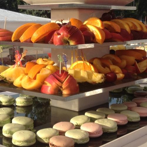 Дисплей с фруктами и макарунами