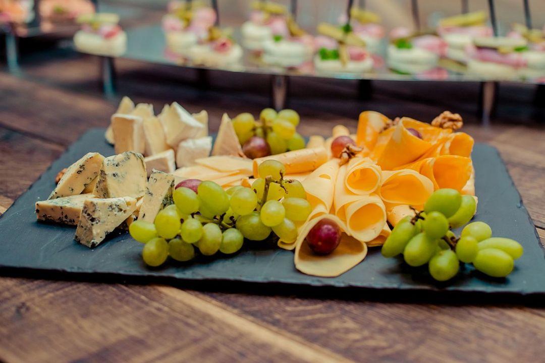 Сырная тарелка и канапе