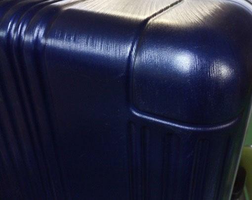 ヘアライン柄のあるスーツケースのヘコミ修理後の写真