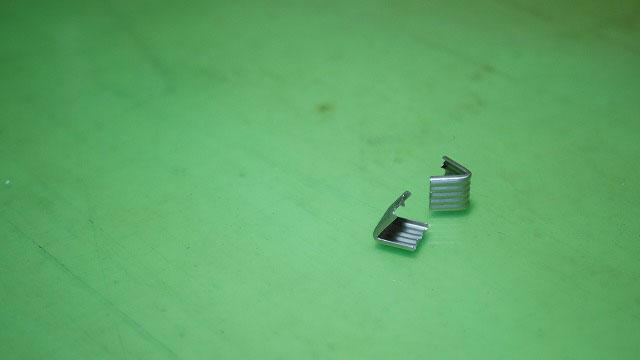 キャディバッグフードカバーのスライダーが抜けないように止める金具
