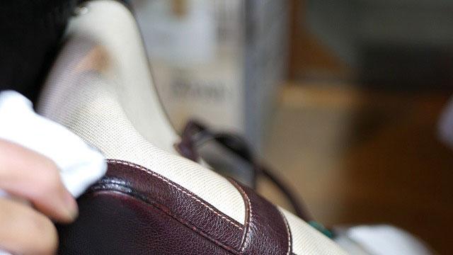 (Hermes)エルメス / トートバッグの底革角の色が剥げた部分に革用クリームで染色