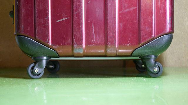 (EMINENT)エミネント/スーツケースの破損した車輪を純正パーツに交換