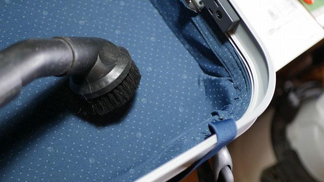 (EMINENT)エミネント/スーツケースのキャスター交換後の内装清掃