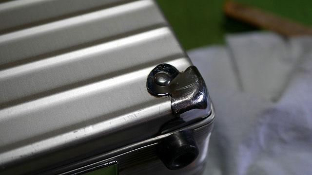 (RIMOWA)リモワ/アタッシュケースのコーナーパット周りの汚れ
