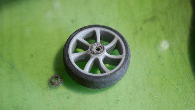 (Samsonite Cosmolite)サムソナイト コスモライト/スーツケースの車輪のゴミ詰まり