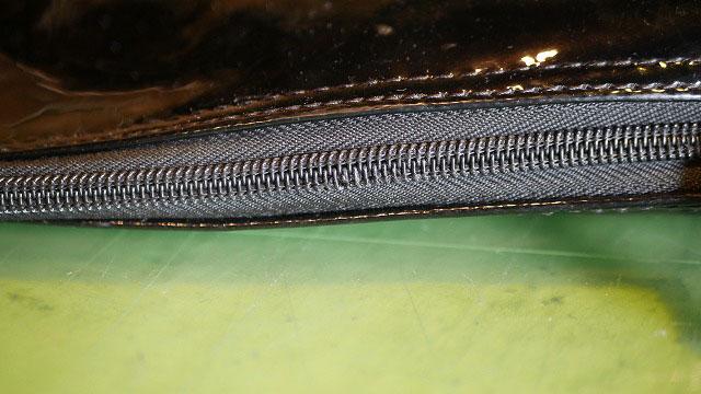 (キャディバッグ)フードカバーのファスナーコイルを縫製している糸の解れを修正