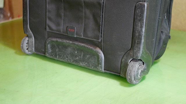 (TUMI)トゥミ/ビジネスキャリーバッグの車輪ゴム亀裂