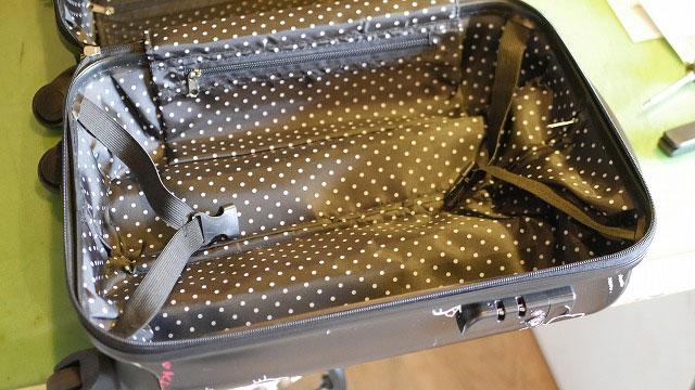 (HELLO KITTY)ハローキティー/スーツケースの内装を開ける