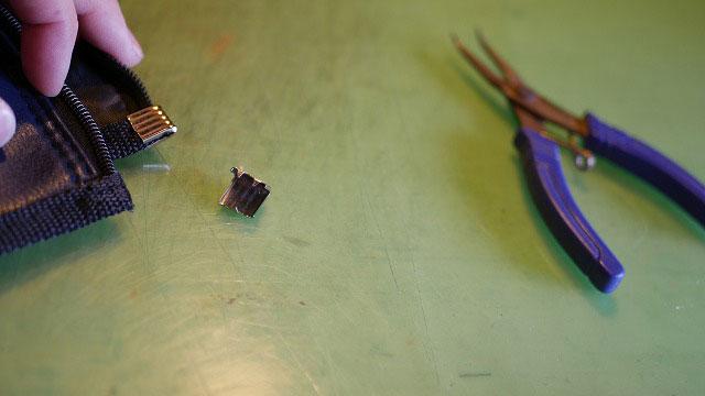 (SWORD)スウォード/キャディバッグフードカバーのスライダー留め金具を外す