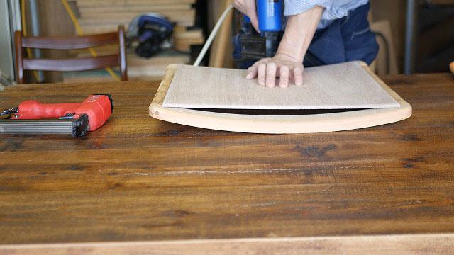 (Vintage chair)ヴィンテージダイニングチェアの座面芯材を曲木の枠に沿わせて張っていく